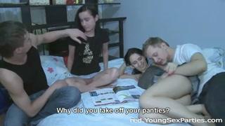 Casais jovens na cama na farra sexual com anal e oral