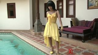 Sessão de foto da asiática gostosa junto da piscina.