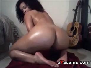 Mulata na webcam enfia dedo no cu e balança o popozão na net