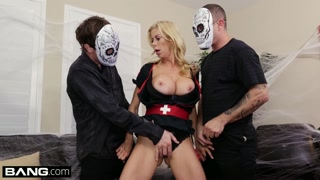 Loira se enrosca no fodão com mascarados em sexo gangbang