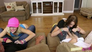 Gatas aplicam seus jogos de sexo com os seus pais