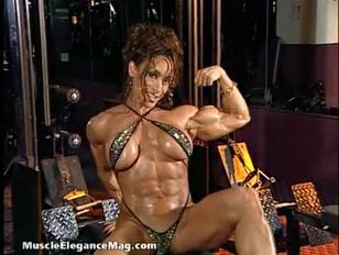 Mulher sarada de corpo perfeito cheio de músculo poderoso.