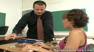 Aluna gostosa faz sexo e boquete na escola com seu professor