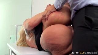 Putaria com assistente fogosa fazendo sexo oral no chefe