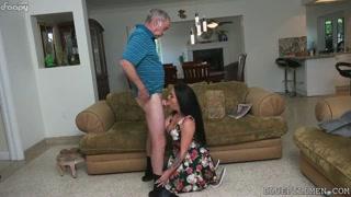 Vovô com tesão pega uma gostosa pra chupar pau e foder