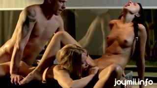 Mulheres chupam buceta e fazem sexo com um garanhão.