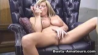 Mesmo namorado novinha bonita se masturba com consolo