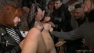 Festa e farra sexual da garota de programa com convidados
