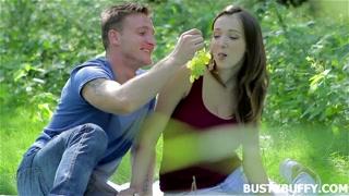 Casal se encontra na floresta pra foder em meio à natureza