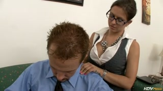 Secretária boazuda de mais dá uma aliviada no patrão.