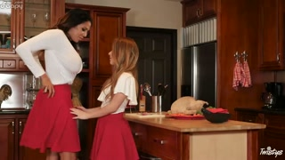 Lésbicas se agarram na cozinha pra lamber e chupar xereca