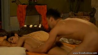 Indiana recebe massagem na buceta e suspira de tesão