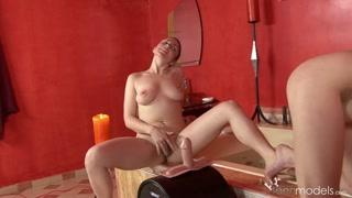 Gostosas se excitam na banheira com siririca e sexo lésbico