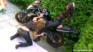 Lésbicas deliciosas transam em cima de uma super moto
