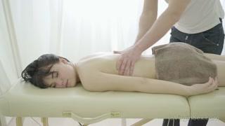 Mulher carente realiza fetiche sexual e fode com massagista