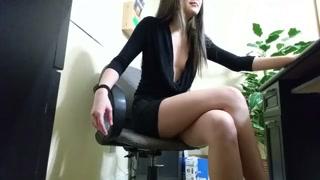 Flagrante de sexo com garota de quatro com pinto no rabo