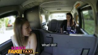 Taxista lésbica dá em cima da passageira e chupa boceta