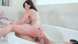 Sexo surpresa com macho comendo a namorada na banheira