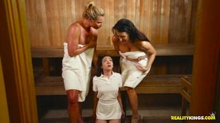 Sauna e transa com gatinhas lésbicas molhadinhas