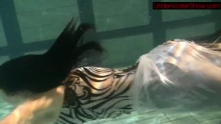 Sereia linda na piscina dá show debaixo d´água peladinha