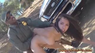 Policial gostoso para morena na estrada e fode com ela