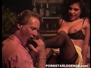 Homem fode a xota e goza no pé lindo da amante vadia
