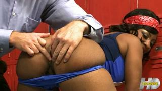 Atleta boa de rabo fode com treinador no vestiário