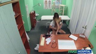 Gatinha gostosa senta na rola do enfermeiro e fode com ele