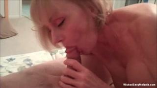 As habilidades sexuais da coroa puta fodendo com cliente