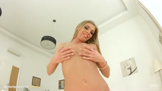 Loira aceita fazer vídeo porno e goza muito no ferro duro.
