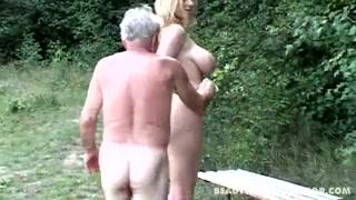 Gostosa peituda fica pelada com vovô e mama na rola
