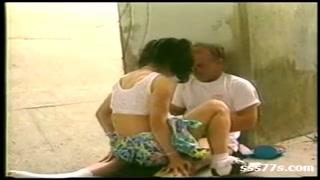 Novinha morena deixa namorado maduro de pau duro e trepa