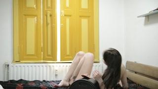 Gostosa nua lê livro e senta na máquina do sexo pra gozar