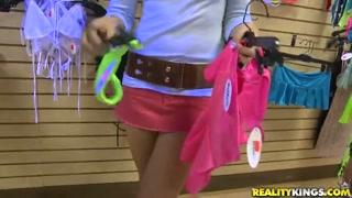 Safadinhas na loja fazem compras e mostram os peitinhos