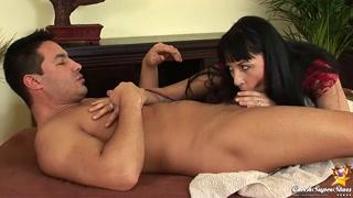 Garota de programa boa de chave de coxas capricha no anal
