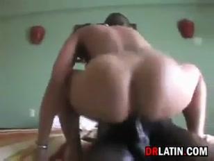 Mulher viciada em foda com amantes negros se acaba na cama