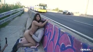 Putaria na beira da estrada com garota fodendo com namorado