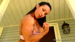 Transex saradona e musculosa mostra o grelo duro e grande