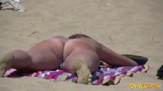 Câmera indiscreta na praia de nudismo fecha foco numa xoxota