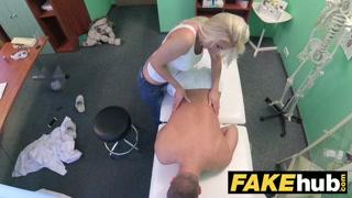 Em vídeo porno doido médico goza em sua massagista gostosa