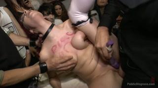 Gata faz porno de estupro ao ficar pelada em público