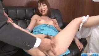 Dedo e pica no xibiu faz japinha bocetuda tremer de prazer