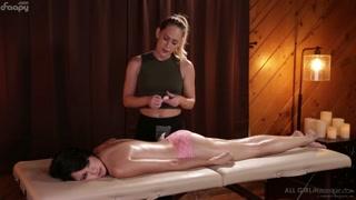 Massagem tântrica vira sexo romântico entre duas gatas