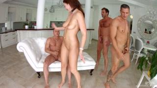 Putona é rodeada pelos amantes e arrasa com orgia gangbang