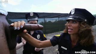 Mulheres policiais chupam trolha do negão e ele goza litros