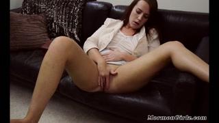 Morena se prepara para sexo tântrico se masturbando