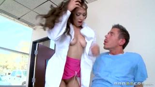 Enfermeira boazuda alivia o tesão do paciente com uma transa