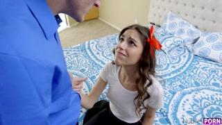 Garota nua na jaula vira objeto sexual do prazer de tarado