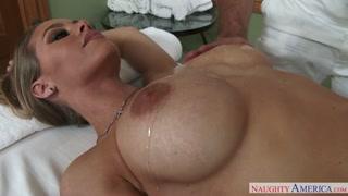 Peituda maravilhosa fazendo uma massagem bem sensual
