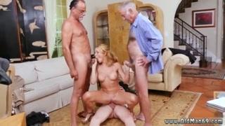 Loirinha putinha faz sexo gostoso com três caras maduros